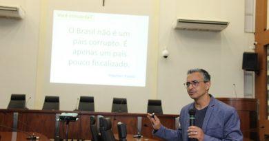 Professores criticam excesso de leis e apontam carência de fiscalização pelos Poderes Legislativos