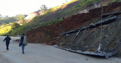 Deslizamento de terra interdita BR-381 em Antônio Dias