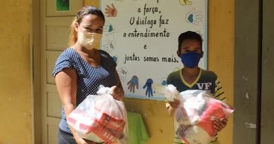 """Alunos da rede estadual de Minas seguem recebendo """"kit alimentação"""" distribuído pelas escolas"""